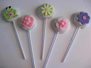Chocolate Covered Oreo Lollipops http://www.thepartyanimal-blog.org/fondant-cupcake-toppers/